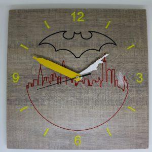 Orologio il legno colorato